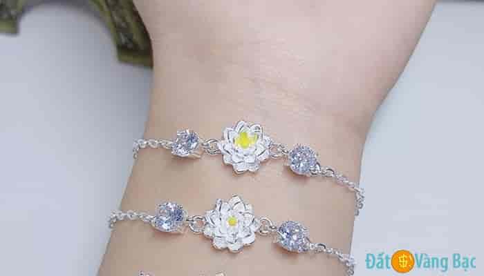 Lắc tay bạc đính hình hoa sen